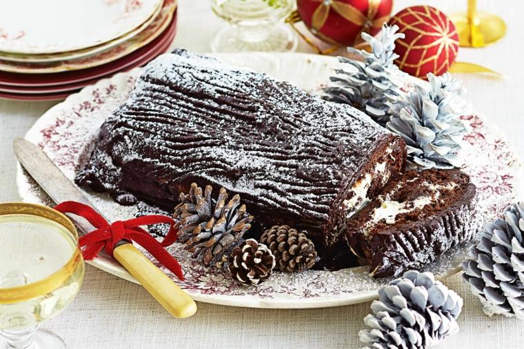 rotolo di cioccolato fondente decorato con zucchero a velo decorazioni con pigne