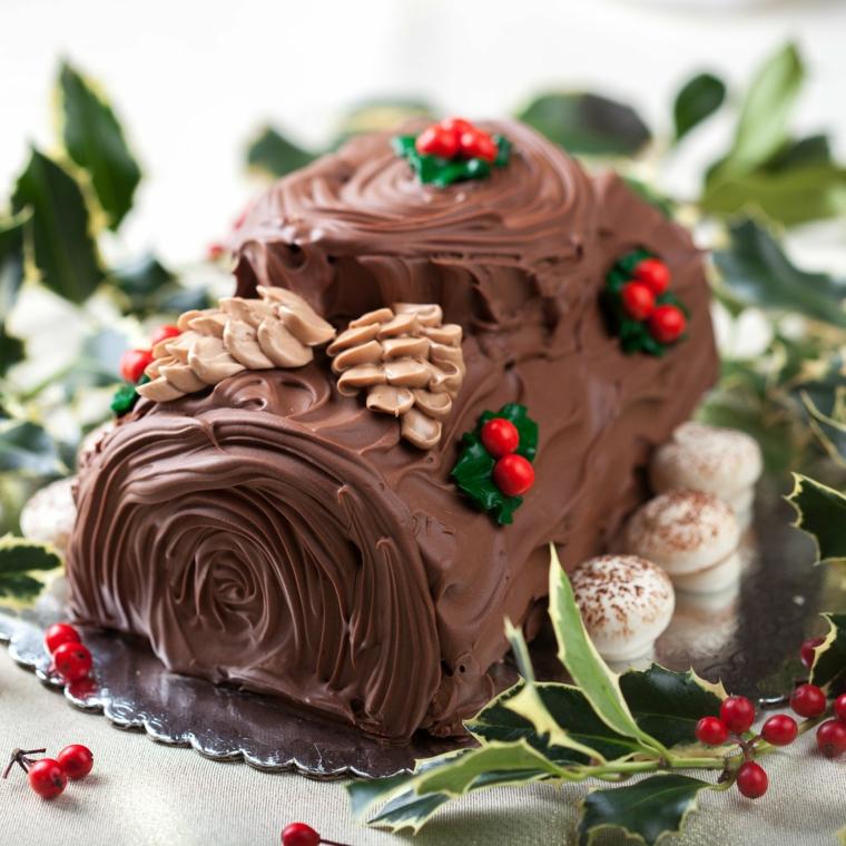 rotolo di natale con cioccolato e bacche rosse decorazione con meringhe di funghi