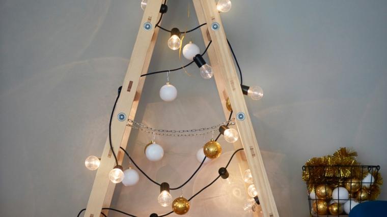 scala di legno addobbata con fili di lampadine come addobbare l albero di natale 2020
