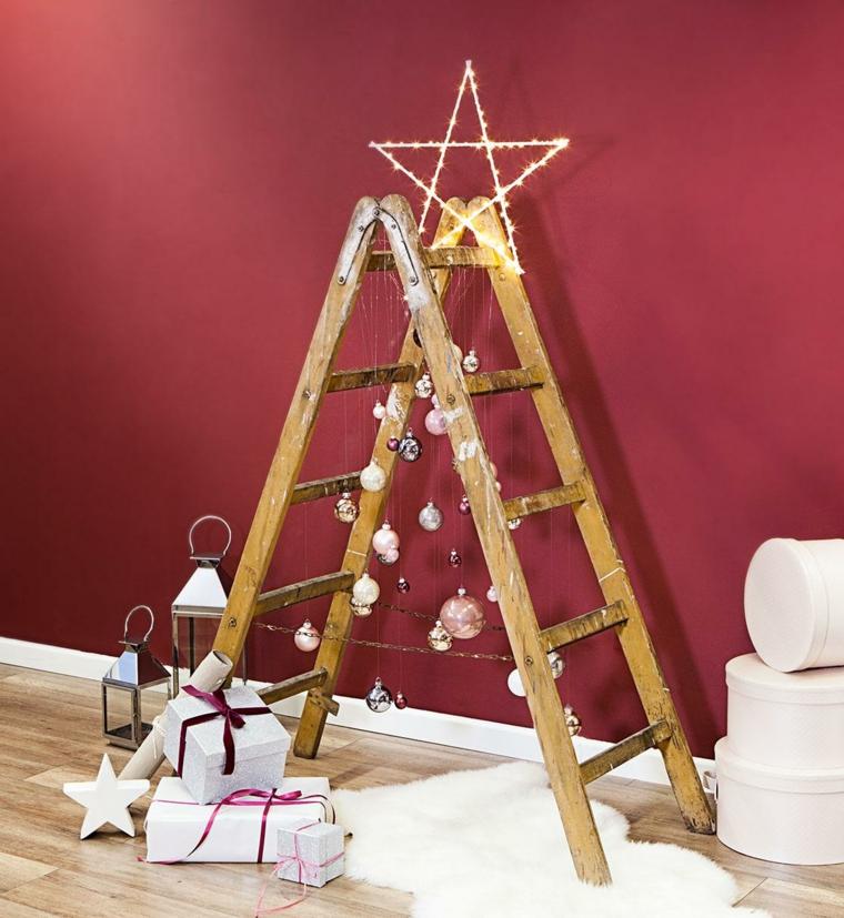 scala di legno decorata con ghirlande natalizie e stelle luminosa in cima