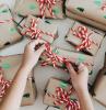 scatole regalo incartate decorate con fiocco rosso idee regalo natale fai da te facili