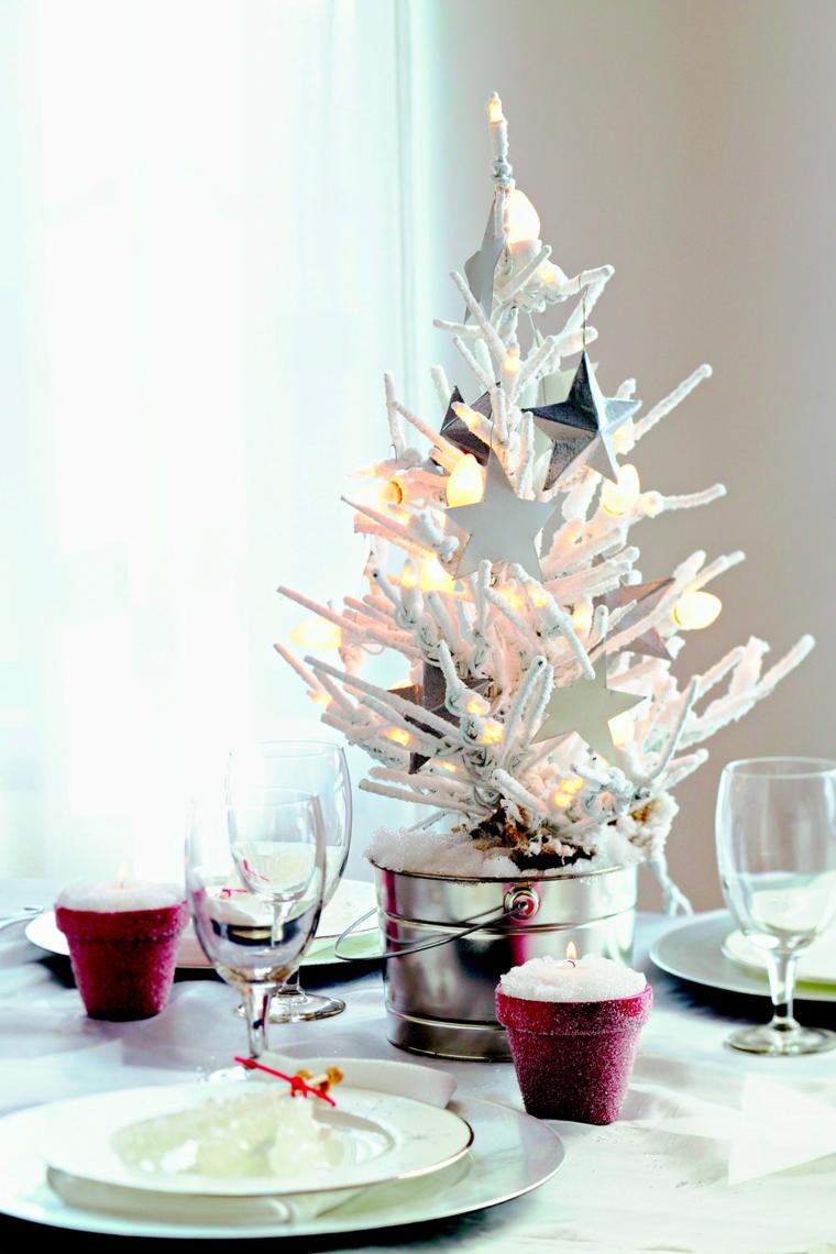 secchio di metallo con alebero bianco tavola natalizia apparecchiata con bicchieri e piatti