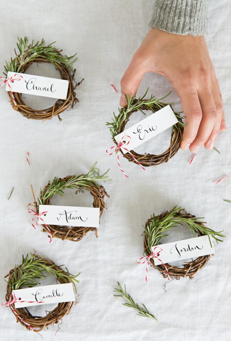 segnaposti personalizzati con bigliettino anello di rametti come si apparecchia la tavola per natale