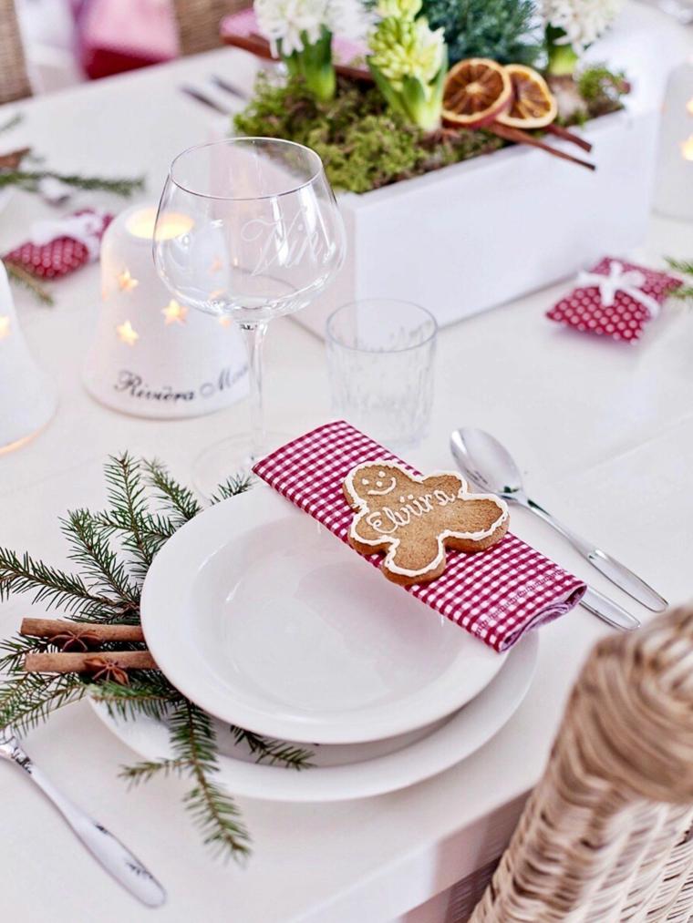 segnaposto con biscotti omino bastoncini di cannella e rametti tavole natalizie eleganti