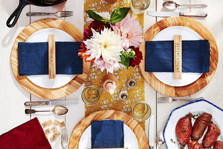 segnaposto con tovagliolo di stoffa come decorare la tavola di natale vaso di fiori