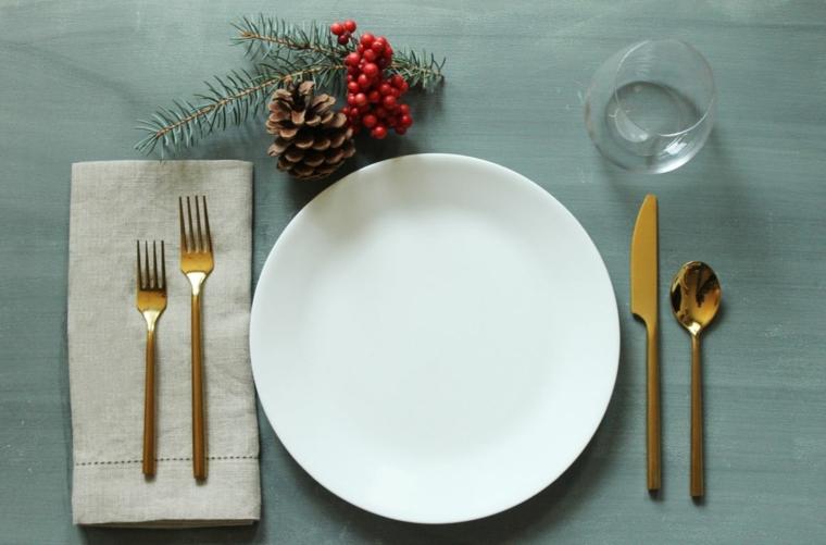 segnaposto natalizi con pigne tavola apparecchiata con piatto e bicchiere