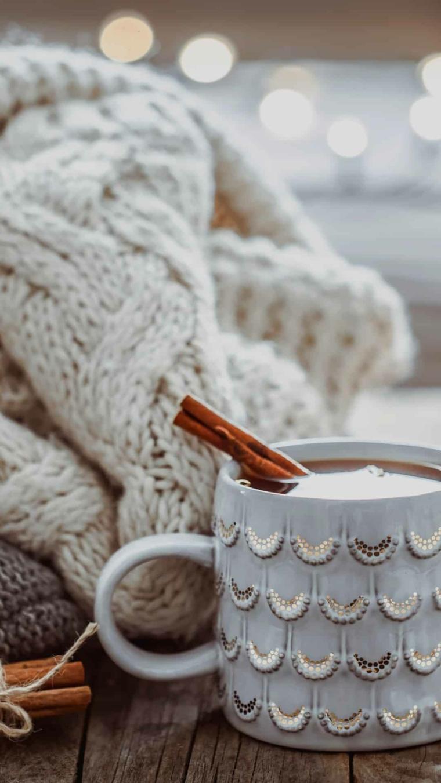 sfondi immagini natalizie tazza di latte con bastocino di cannella coperta di lana