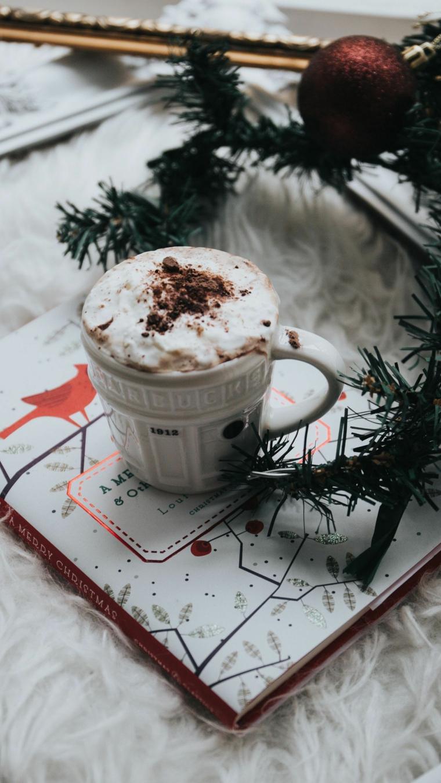 sfondi natalizi per cellulari tazza di latte con panna e cacao rametti di albero con palline