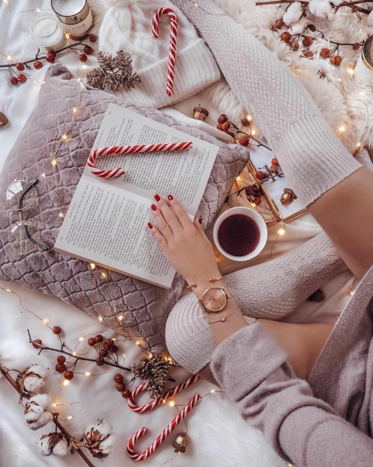 sfondo natalizio immagine di donna che legge libro decorazioni di natale
