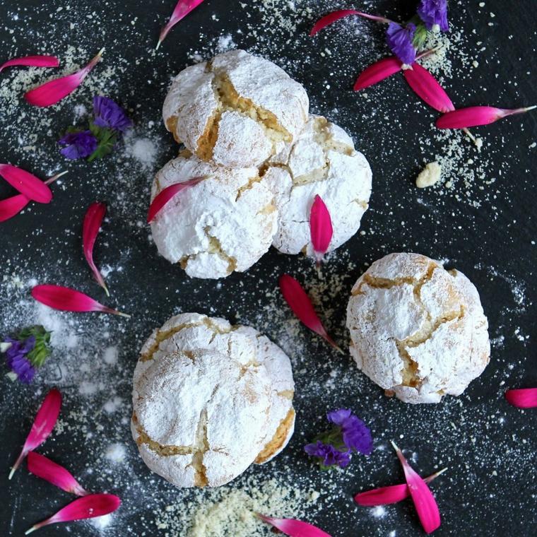 soffici amaretti ricoperti con petali di fiori dolci natalizi pugliesi con mandorle