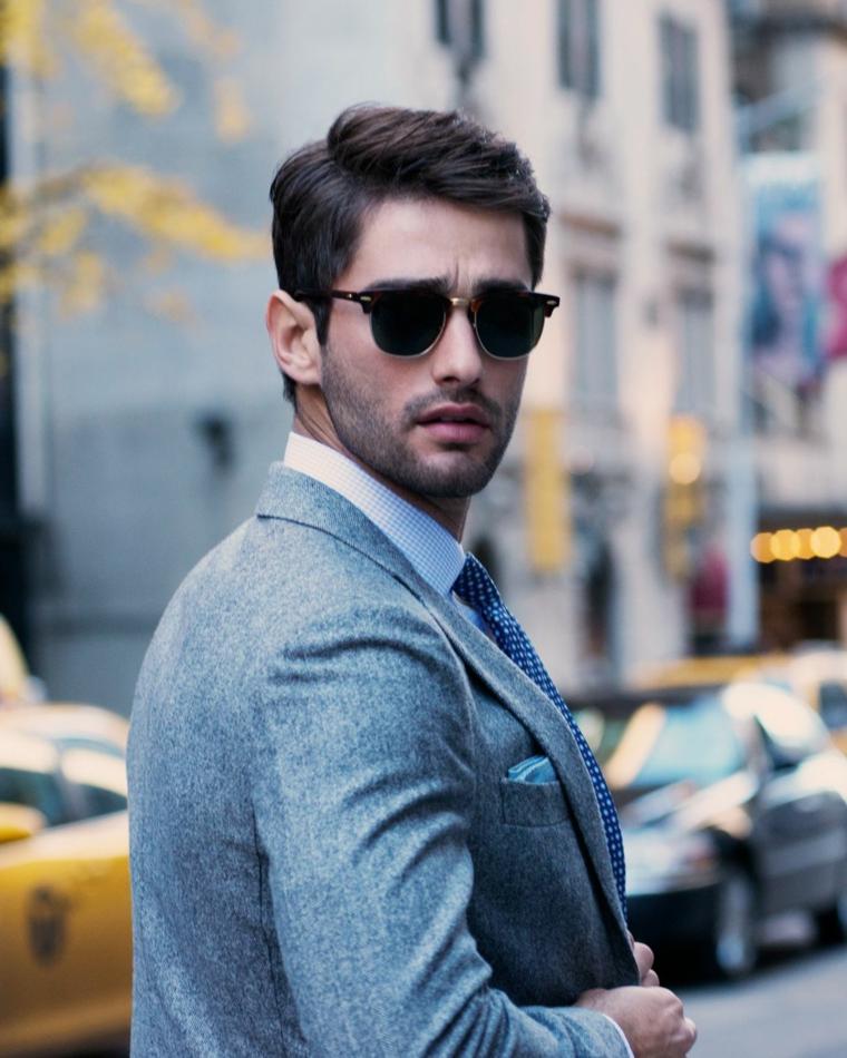 tagli di capelli maschili uomo con occhiali da sole acconciatura con riga laterale