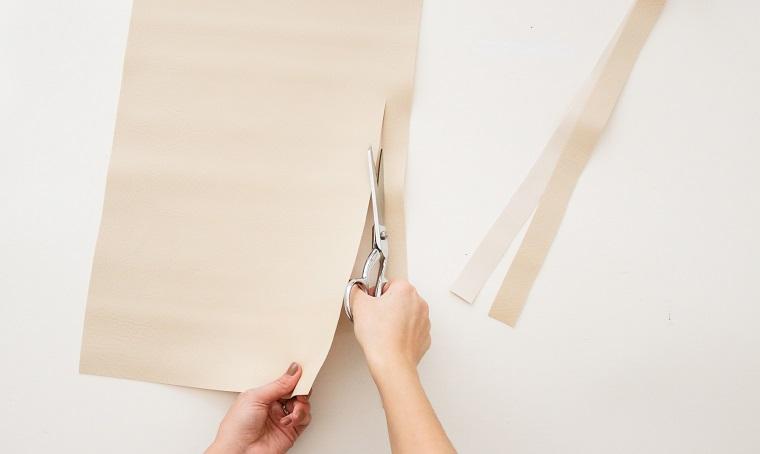 tagliare con le forbici foglio di carta lavoretti natalizi con le pigne
