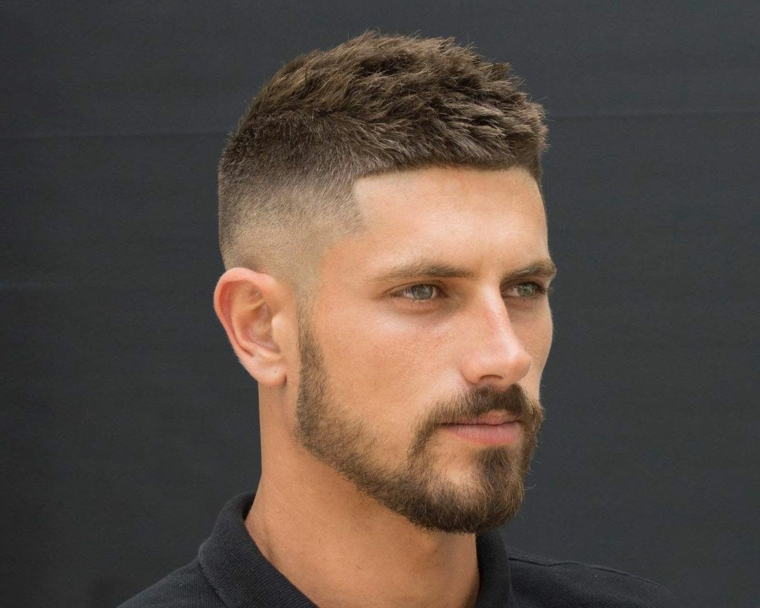 taglio capelli uomo 2021 corti ragazzo con acconciatura rasato ai lati