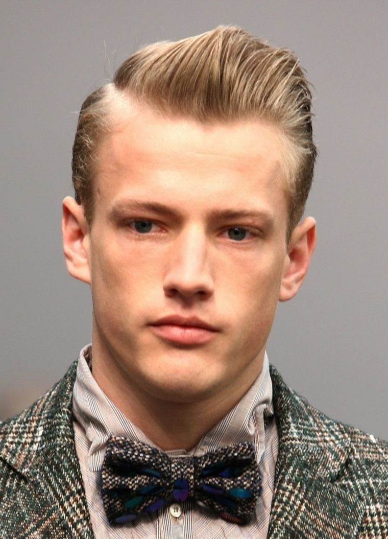 taglio capelli uomo 2021 corti ragazzo con acconciatura stile pompadour liscia