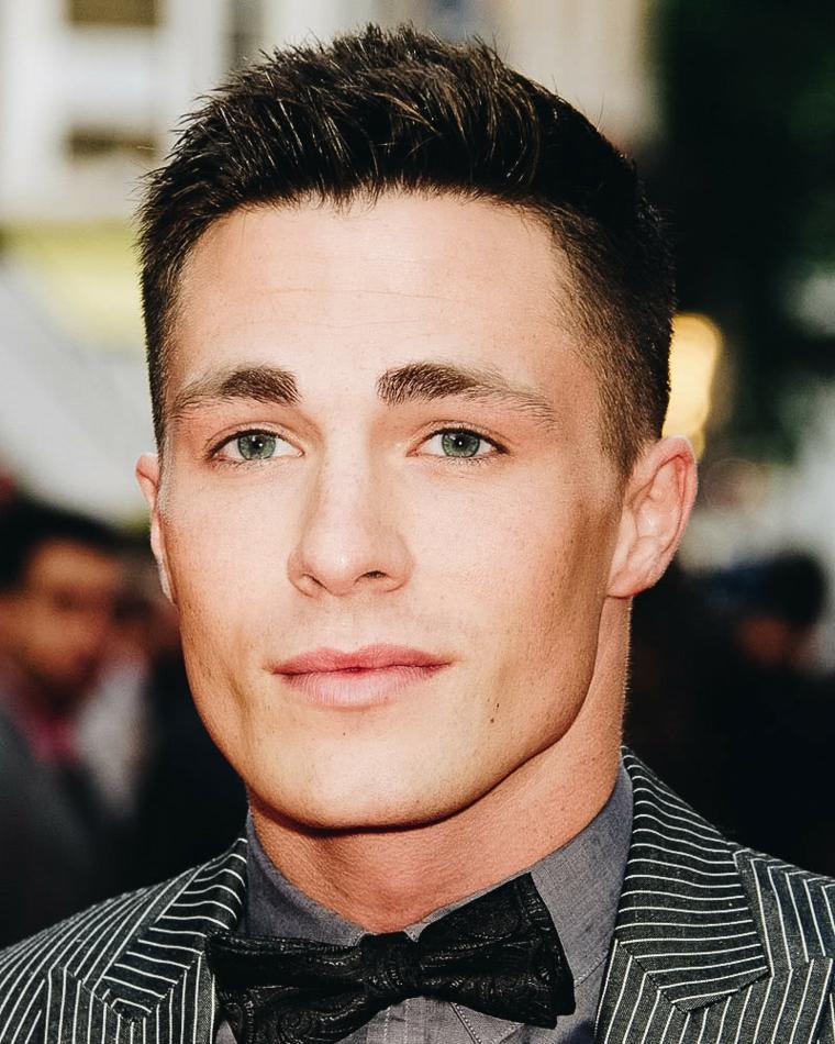 taglio capelli uomo 2021 corti sfumati ragazzo con occhi azzurri