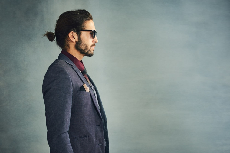 taglio capelli uomo lunghi sopra acconciatura maschile codino basso