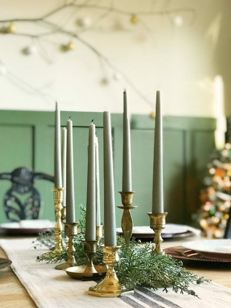 tavola apparecchiata per natale centrotavola con candele decorazione con rami di abete