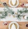 tavola natalizia apparecchiata centrotavola natalizio con candele rametti verdi e palline