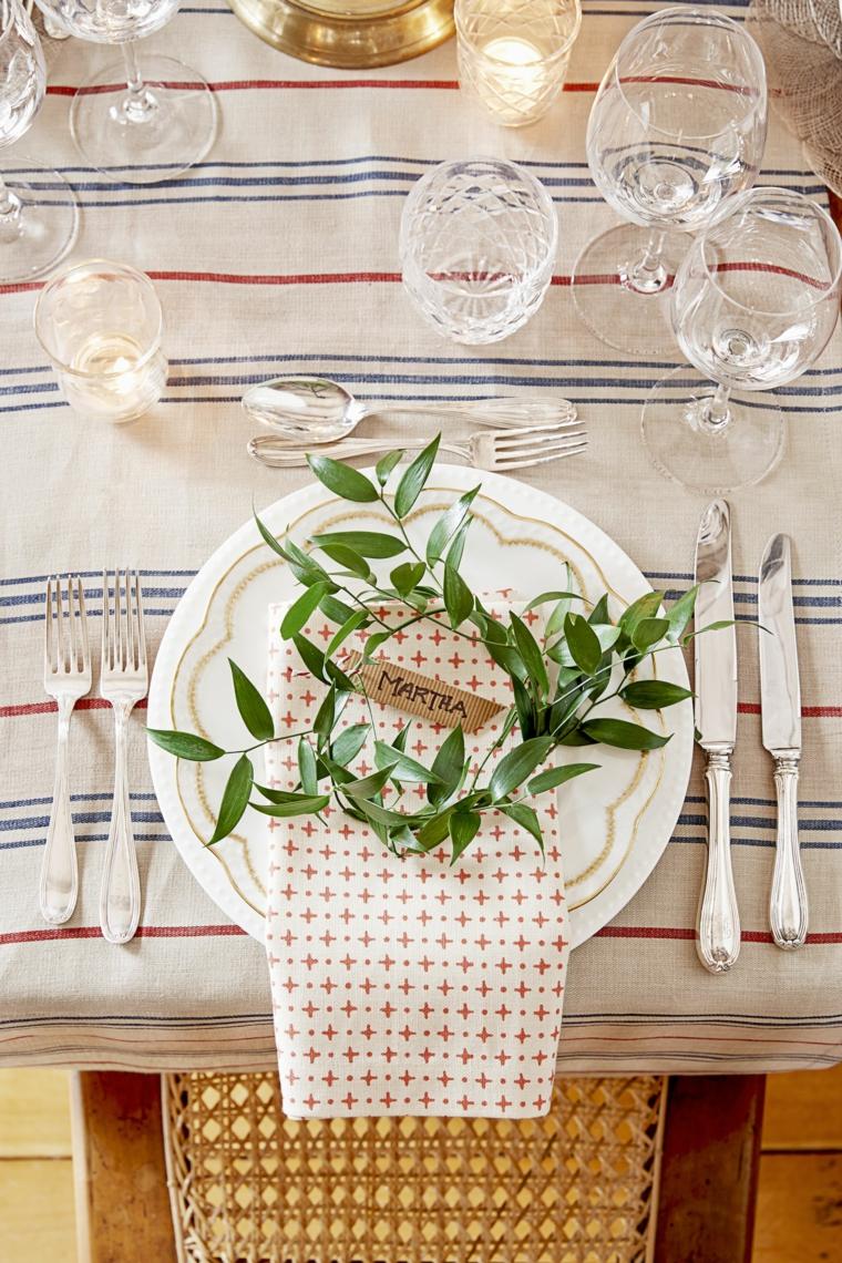 tavola natalizia segnaposto personalizzato con fogliame tavolo apparecchiato per natale