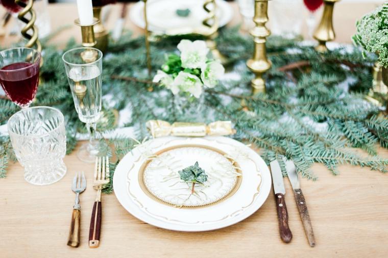 tavole natalizie eleganti centrotavola con rami candele posate in legno e calici di cristallo