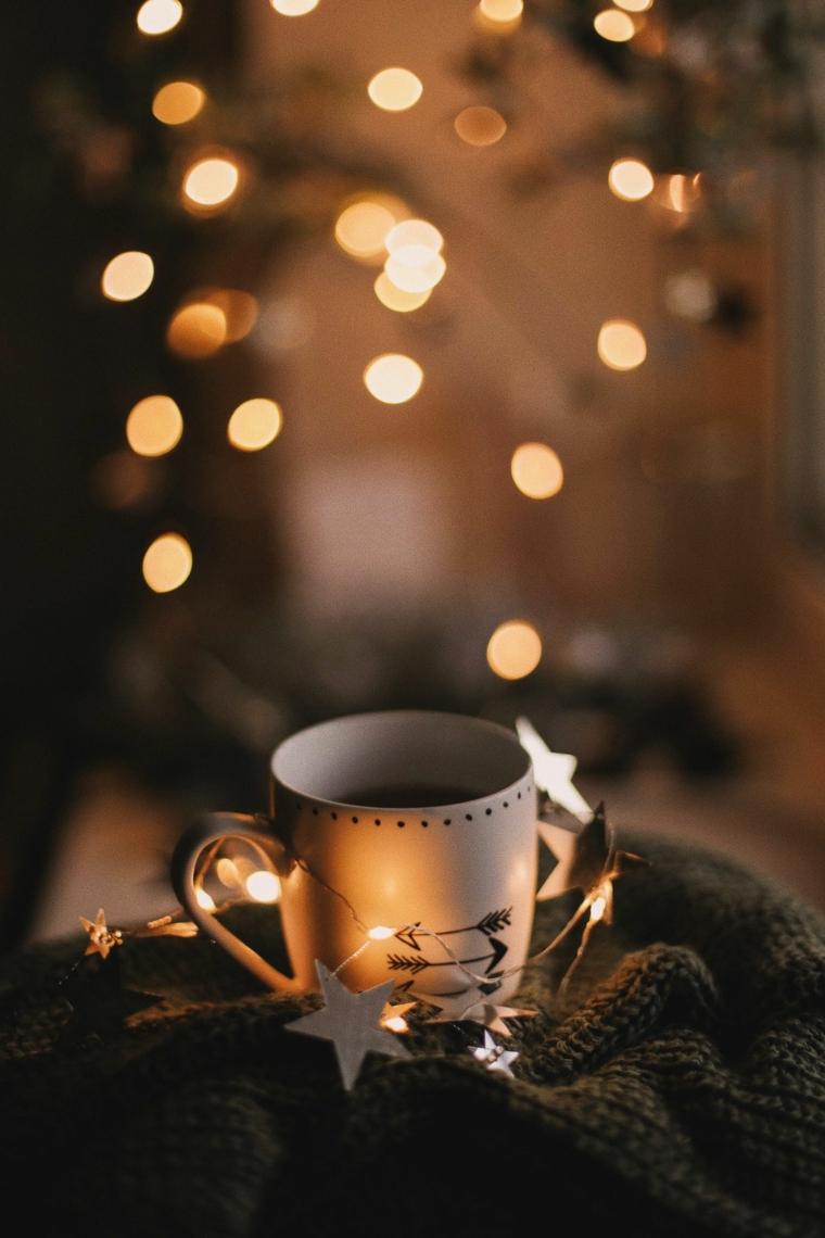 tazza di te con fili luminosi sfondi natalizi da scaricare per il telefono
