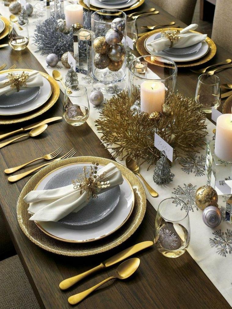tovaglioli natalizi piegati centrotavola con candele e ghirlande tavola apparecchiata per natale