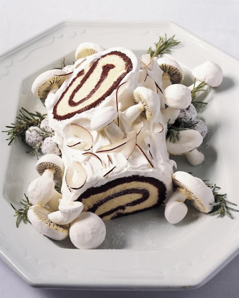 tronchetto al cioccolato bianco dolce natalizio decorato con funghi di meringhe