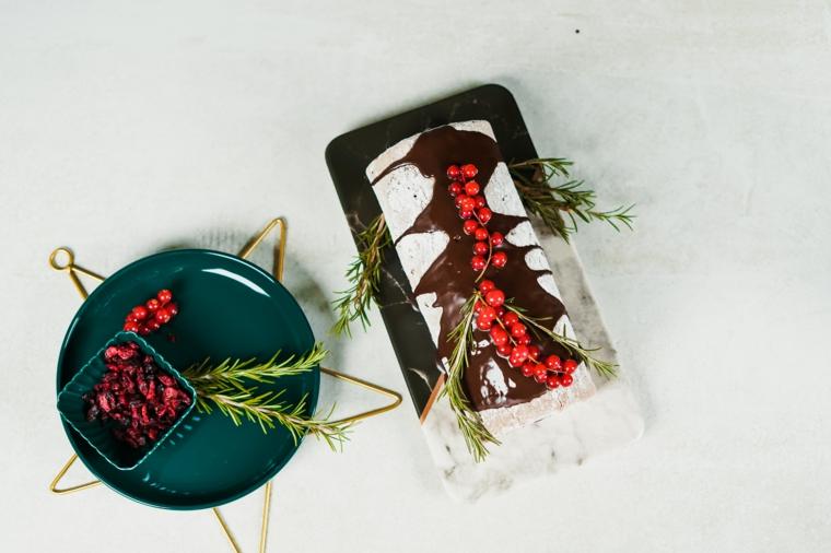 tronchetto di natale al cioccolato dolce decorato con mirtilli rossi e spezie