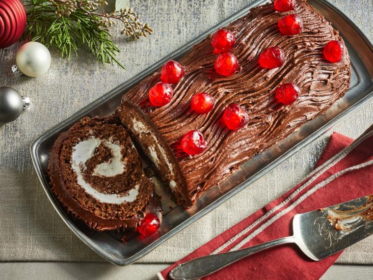 tronchetto di natale con crema pasticcera dolce natalizio decorato con mirtilli rossi