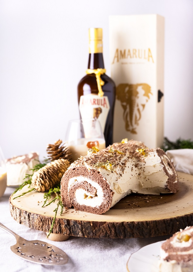 tronchetto di natale con mascarpone bottiglia di liquore decorazione piatto con rametti e pigne