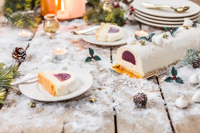 tronchetto di natale con ripieno di purea di lamponi dolce natalizio con mousse di limone
