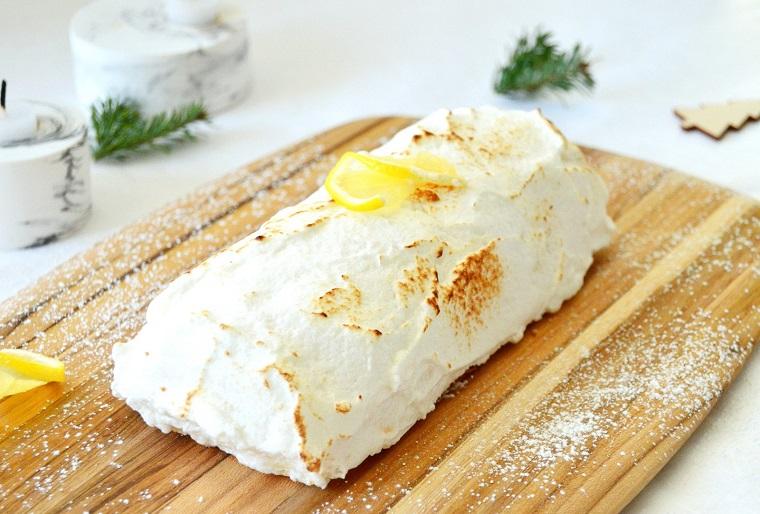 tronchetto di natale dolce dolce ricoperto di cioccolato bianco e pezzi di limone