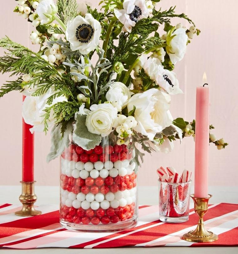 vaso con biglie rosso bianche bouquet di fiori decorazione tavola di natale con candele