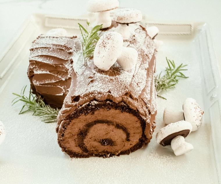 vassoio con meringhe di funghi dolce natalizio al cacao con zucchero a velo
