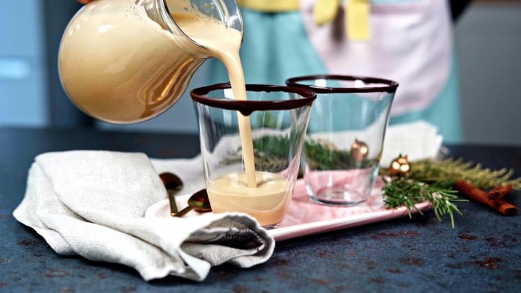 versare zabaione in bicchieri dolci al cucchiaio natalizi decorazione con cioccolato fuso