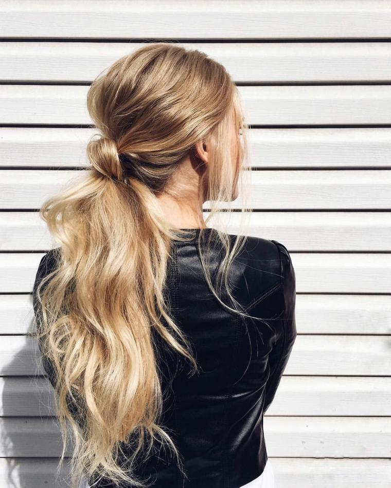 acconciature capelli raccolti donna con chioma bionda pettinatura con coda a chignon