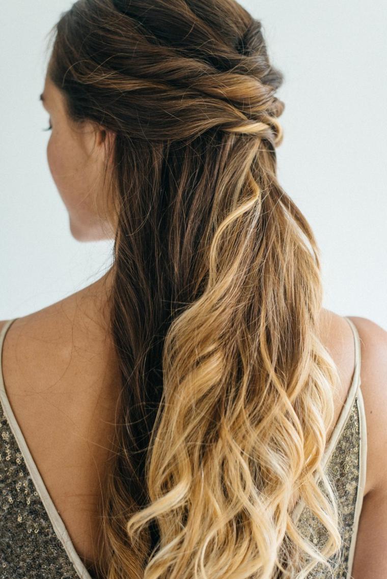 acconciature capelli raccolti donna con raccolto a treccia coda con onde