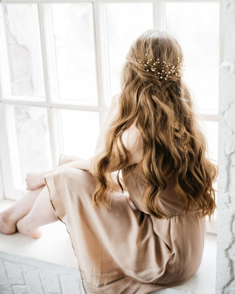 acconciature capelli semi raccolti colorazione biondo balayage pettinatura donna