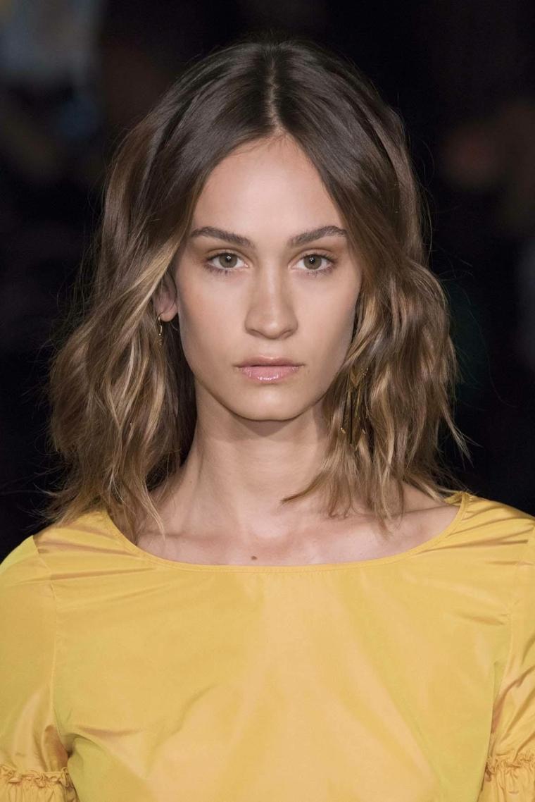 acconciature per capelli mossi medi colorazione bronde taglio long bob riga centrale