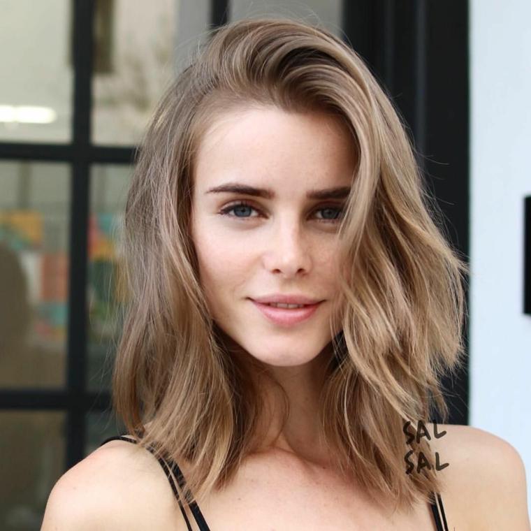 acconciature semplici capelli media lunghezza pettinatura colore biondo ombre