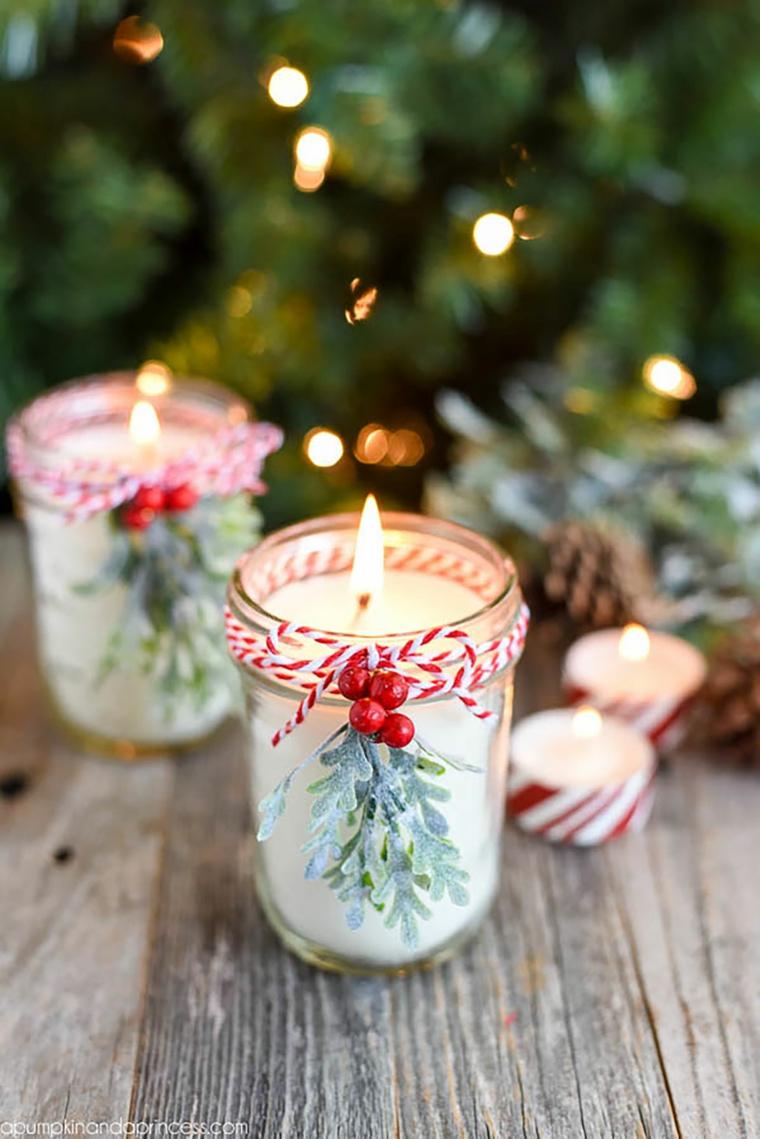 barattolo di vetro decorato con bacche rosse e rametto candela fatta in casa