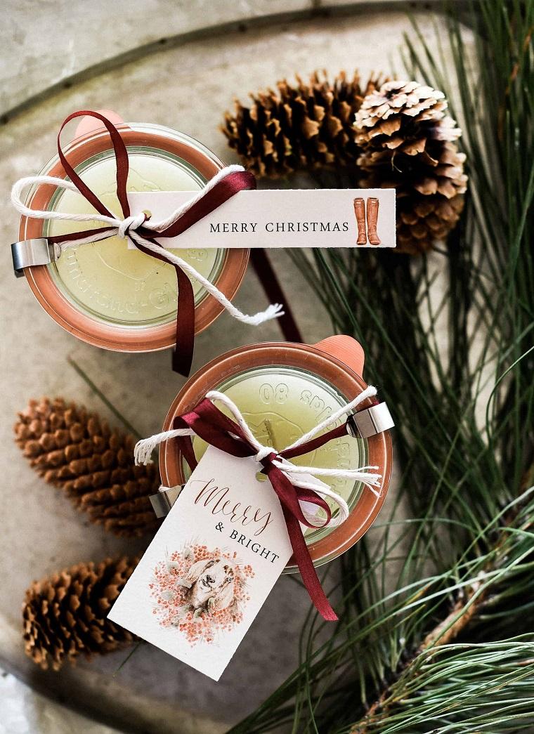 candele addobbate per natale decorazione con pigne e etichetta personalizzata