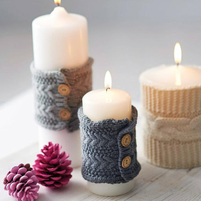 candele avvolte in pezzi di lana all uncinetto decorazione centrotavola con pigne colorate