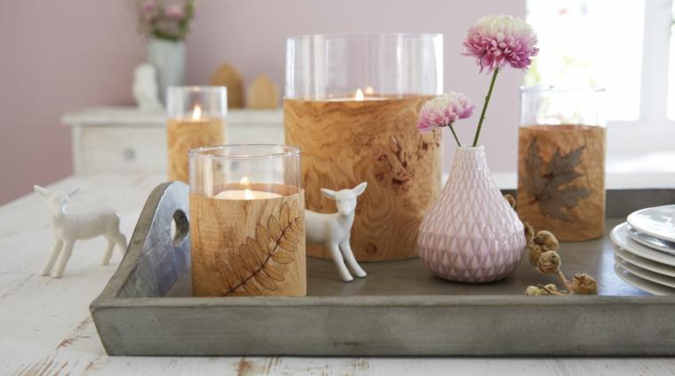 candele di natale decorate con nastro di uita vassoio di legno vaso di fiori