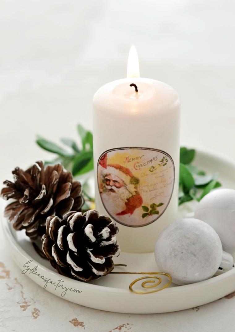 candele fatte in casa centrotavola di natale con pigne e palline bianche