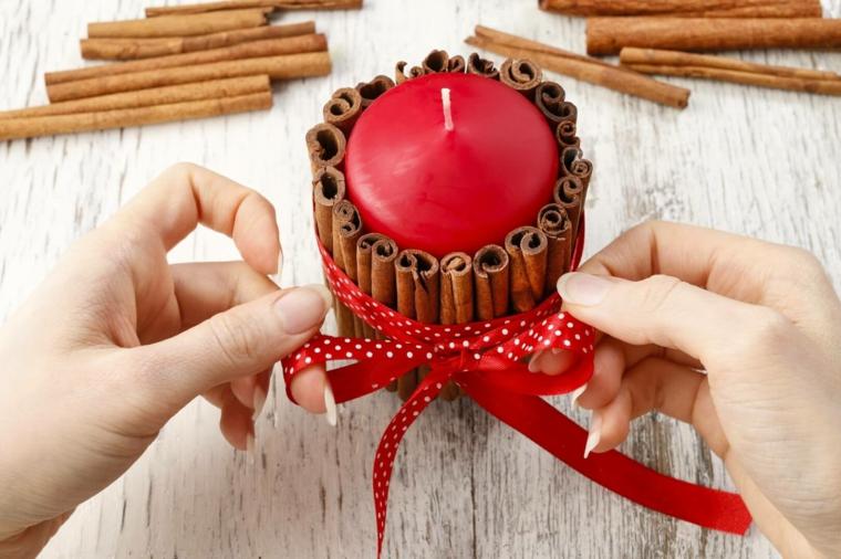 candele natalizie decorate fai da te decorazione candela con bastoncini di cannella e nastro