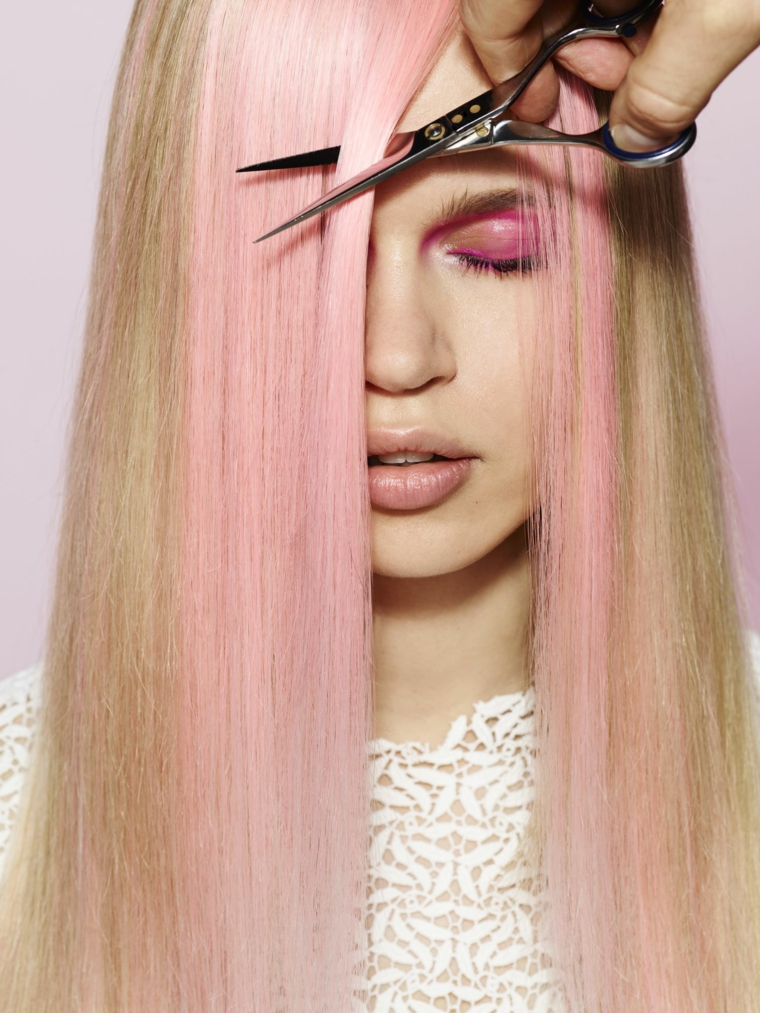 capelli biondi con ciocca davanti rosa tagliare la frangia con forbici