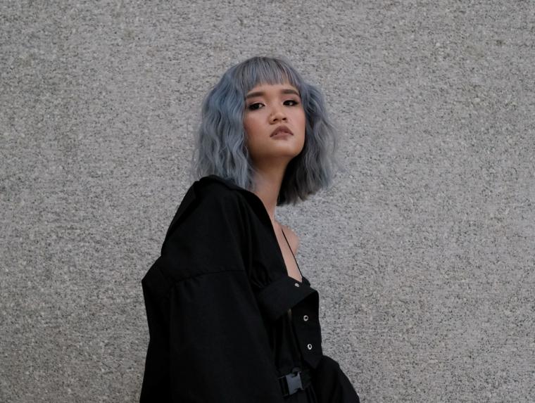 capelli di colore grigio taglio caschetto con frangia pari