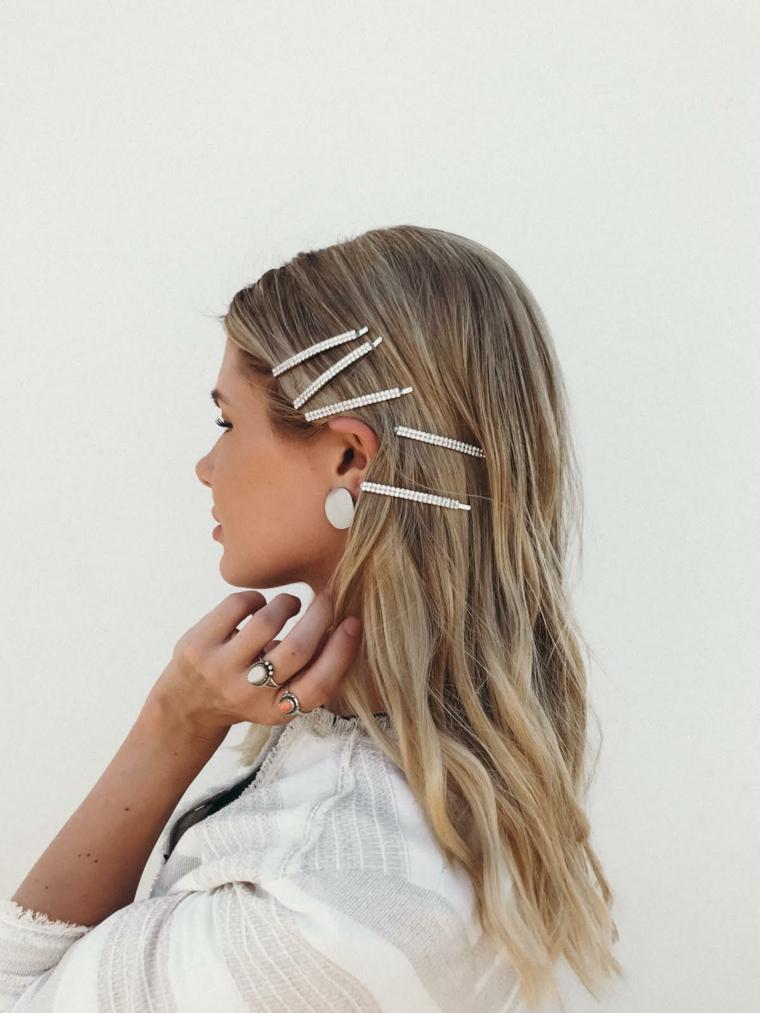 capelli lunghi biondi acconciatura chioma mossa con mollette di lato