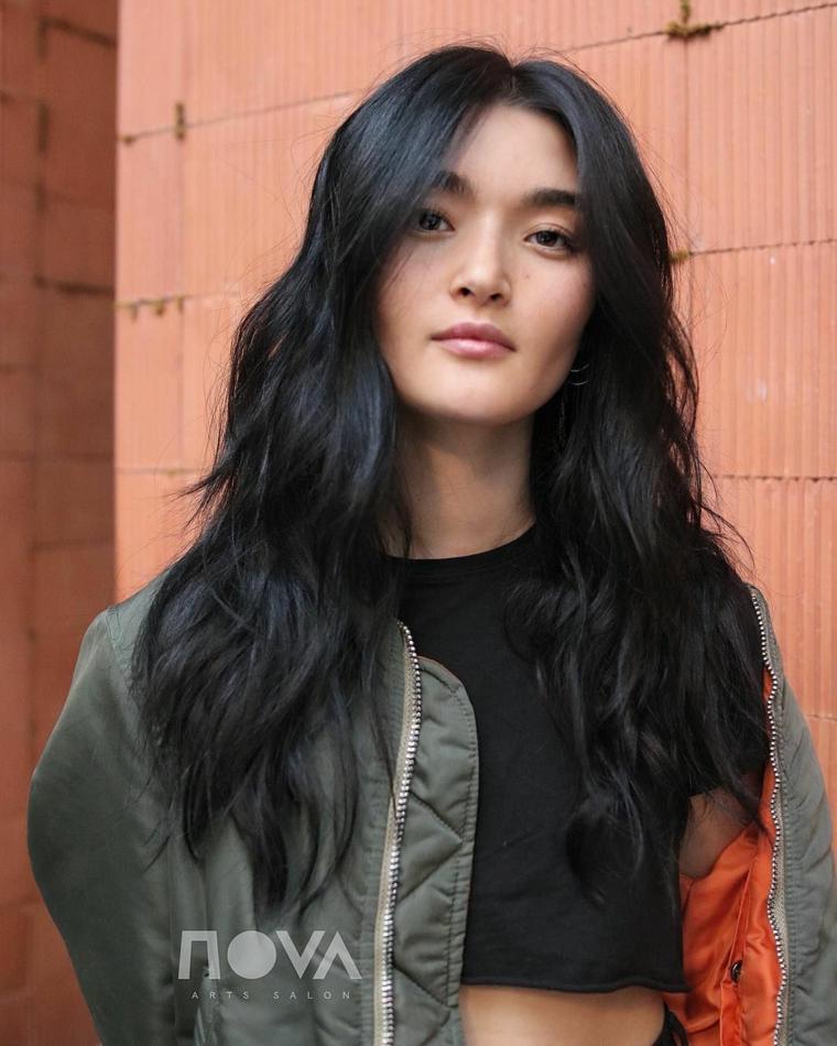 capelli mossi lunghi colorazione nero riflessi blu taglio scalato con frangia